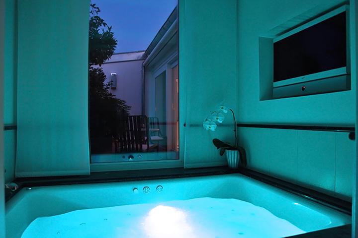 Un Appartement luxueux très privé avec jacuzzi et terrasse