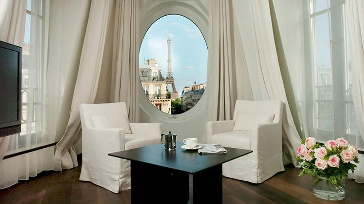 Une suite romantique avec une vue directe sur la Tour Eiffel