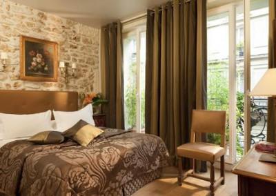 Votre chambre romantique avec jacuzzi entre les Champs Elysées et la Tour Eiffel