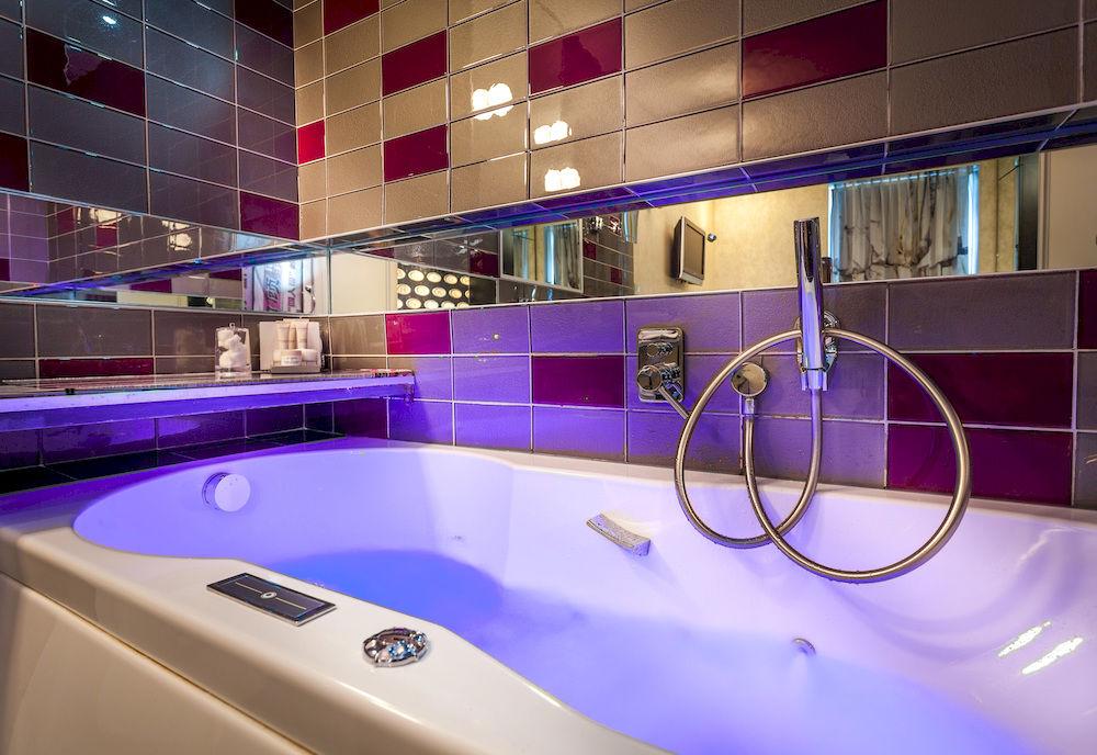 Apostrophe Hotel : baignoires balnéo & douches hydromassantes