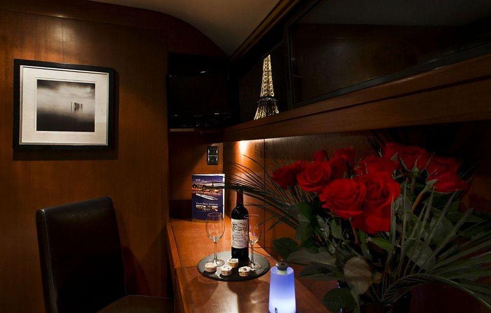 nuit insolite paris dormir sur un bateau sexyhotelsparis. Black Bedroom Furniture Sets. Home Design Ideas